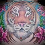 тату голова тигра - большая татуировка с цветами на спине