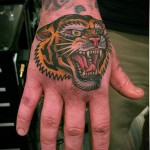 тату голова тигра - олд скул вариант на кулаке