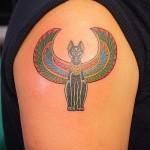 тату египетская кошка с крыльями на плече