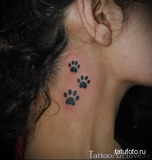 тату лапки кошки на женской шее