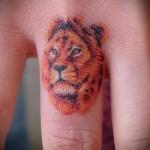 тату лев на пальце - цветной вариант