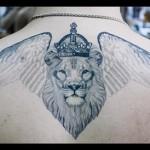 тату лев с короной и два крыла на спине