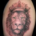 тату лев с короной которая украшена драгоценными камнями