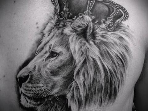 тату лев с короной на левой части груди мужчины