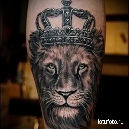 тату лев с короной сзади на ноге