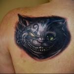 тату черный кот на лопатку девушке