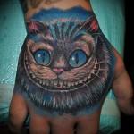тату чеширский кот на кулаке