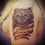 тату чеширский кот на плече