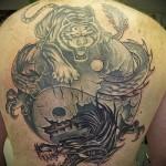 тигр и дракон тату с инь янем на спине мужчины