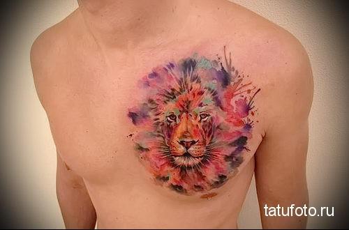 лев на груди мужчины - тату акварель фото