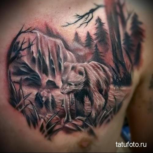 татуировка с молодым медведем в лесу - который есть рыбу