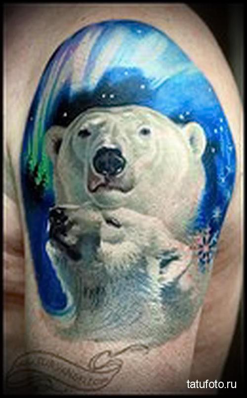 тату белый медведь на фоне северного сияния