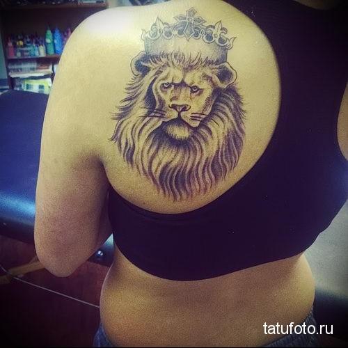 тату лев с короной женский рисунок на лопатке