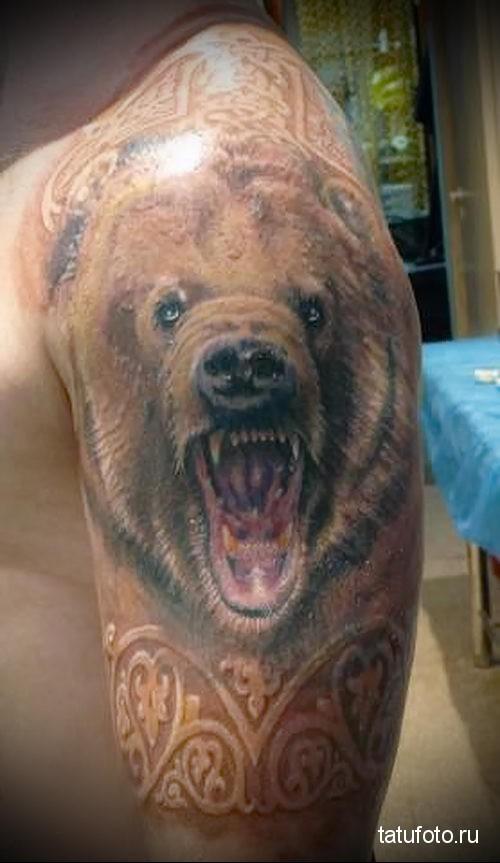 тату медведь на плече и белые узоры