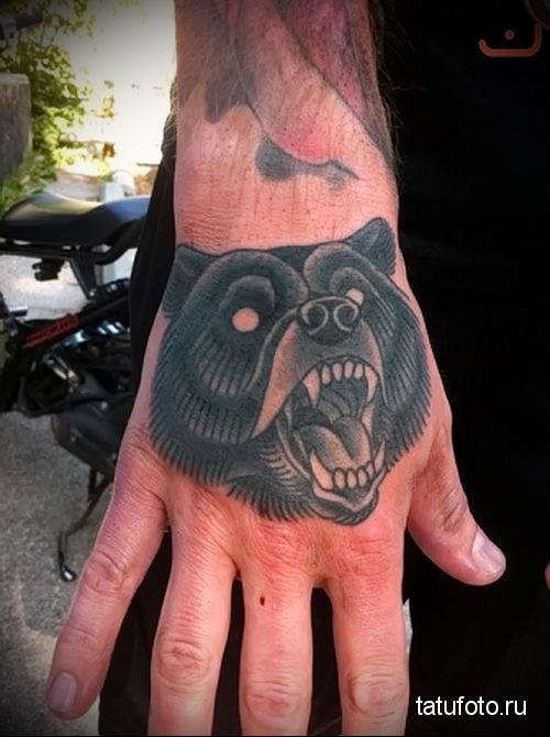 тату оскал медведя на кулаке