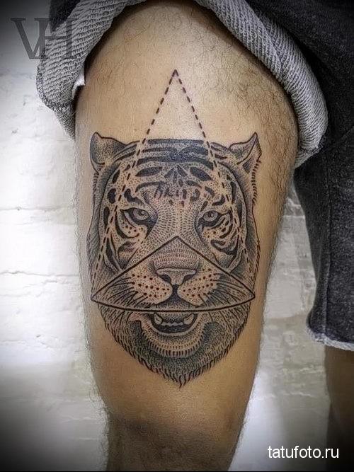 тату тигр на ноге и пирамида
