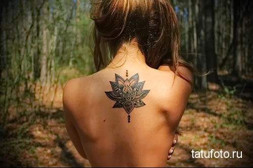 dotwork tattoo on her back 1