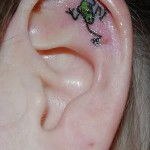 Тату лягушка внутри уха - маленький рисунок внутри ушной раковины девшуки