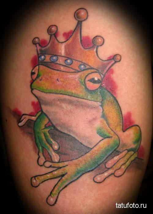 Тату лягушка в красивой короне