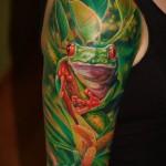Тату лягушка в листве - реализм тату на руку