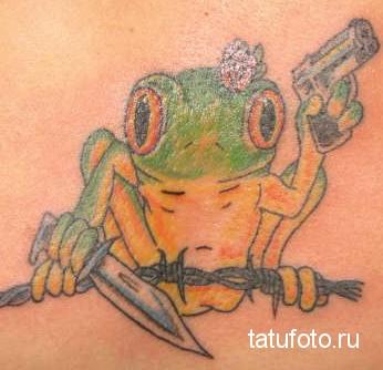 Тату лягушка на колючей проволоке с ножом и пистолетом - зоновская татуировка