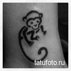 Тату обезьяна - контурами внизу ноги девушки