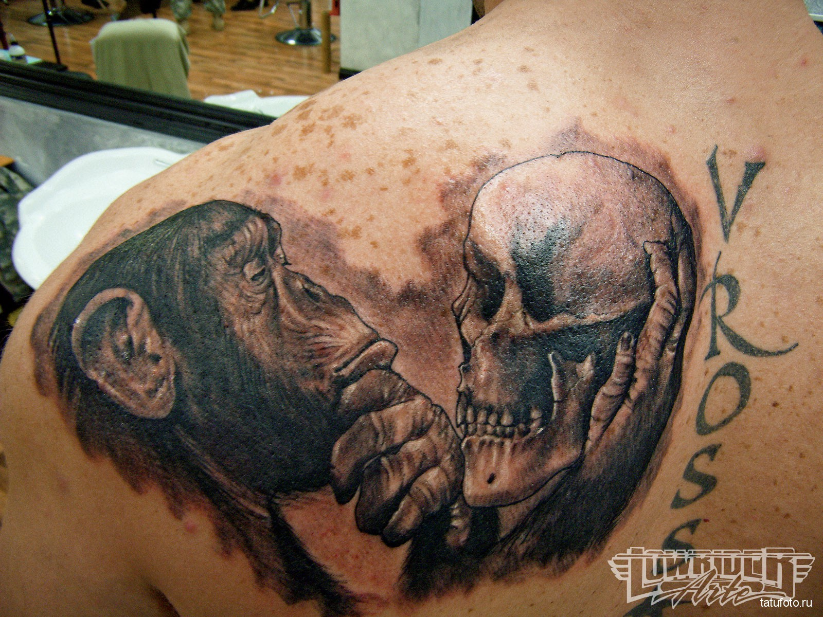 Тату обезьяна - которая смотрит на человеческий череп