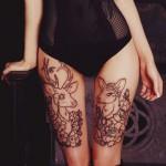 Тату олень - парная татуировка на красивых ногах девушки в бодике