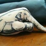 Тату слона на руке - хобот на палец