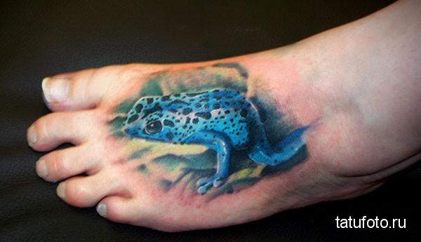 Тату лягушка синяя внизу ноги у пальцеа