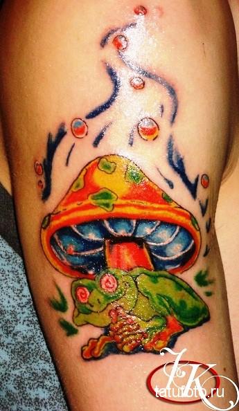 Тату лягушка с красными глазами сидит под грибом