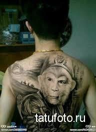 Тату обезьяна в кепке на спине - персонаж из фильма