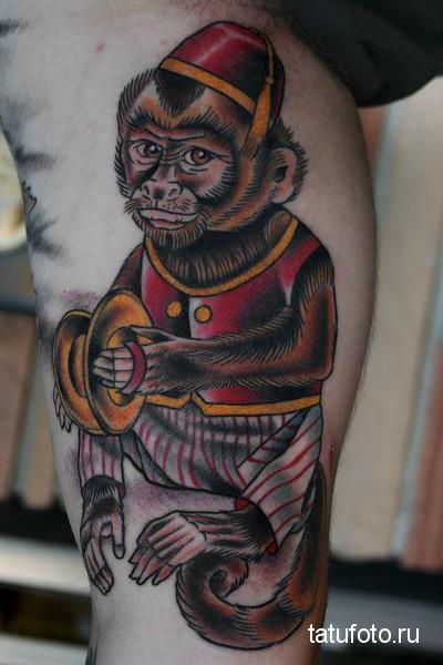 Тату обезьяна в одежде с крышками в руках