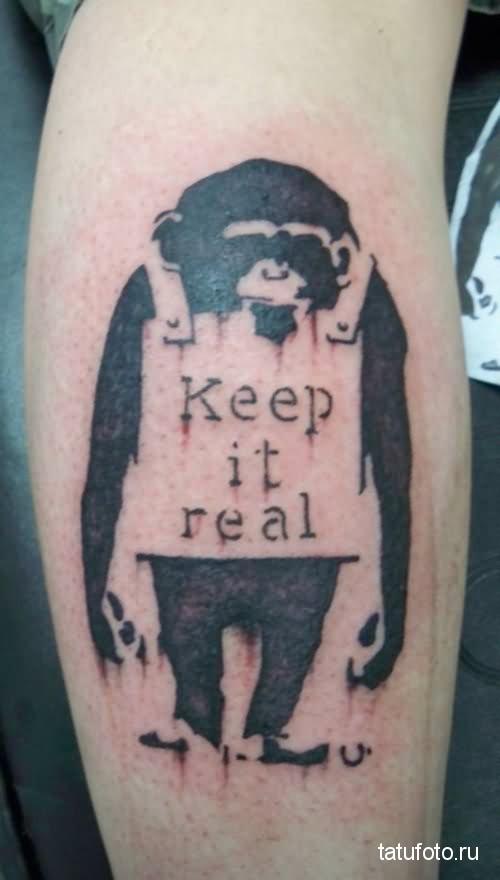 Тату обезьяна - с табличкой и надписью keep it real