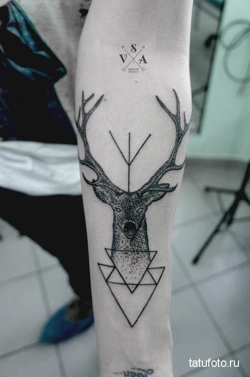 Тату олень и треугольники на руку