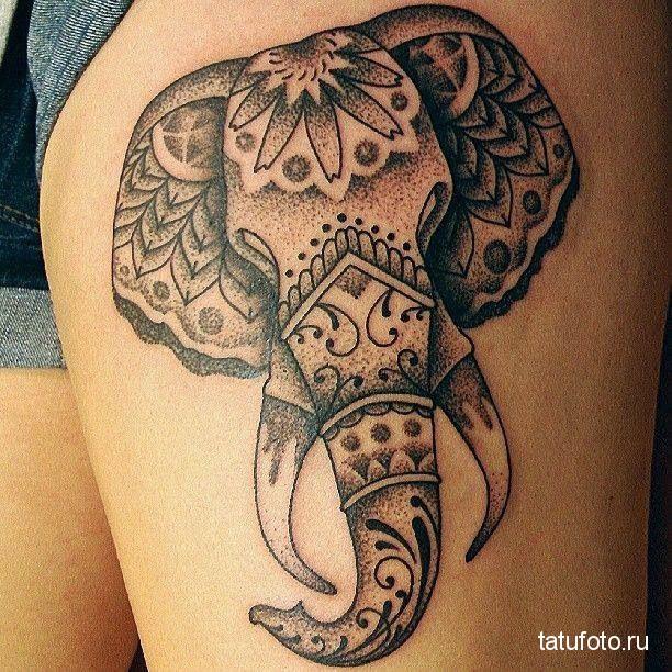 Тату слон впереди на женской ноге выше колена