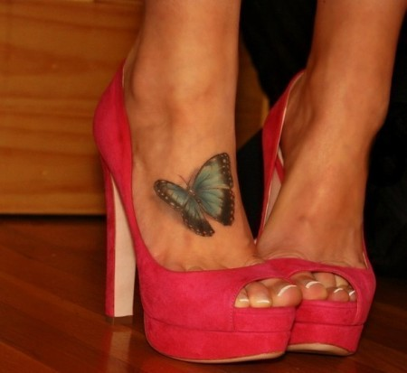 тату с бабочкой под туфли - внизу ноги