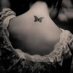 черная бабочка - женская тату на шее сзади