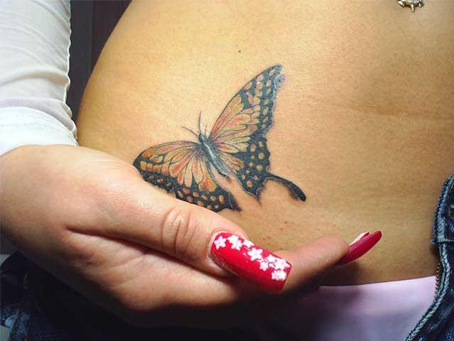 бабочка в тату для девушки - нанесена внизу живота