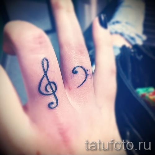 скрипичный ключ тату на пальце 2 фото