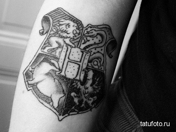 тату эмблема - герб на щите на руку мужчине