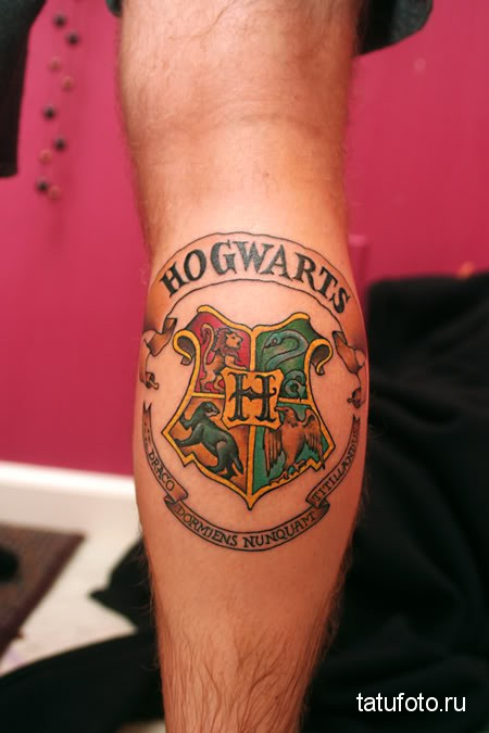 тату эмблема - герб школы хогвардс на ноге