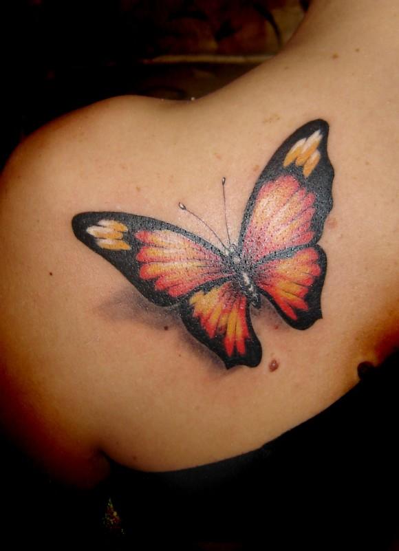 трехмерная бабочка в тату на лопатку девушке