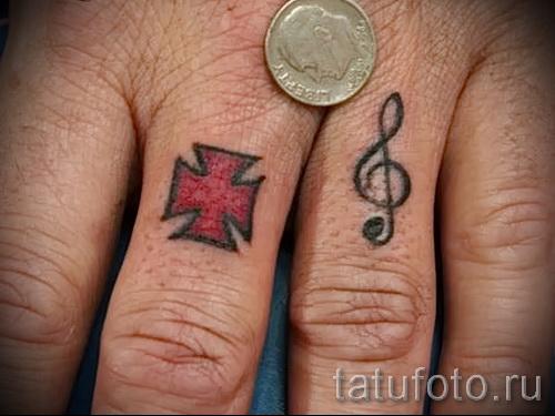 treble clef tattoo on his arm 1 foto