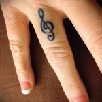 treble clef tattoo on his arm 3 foto