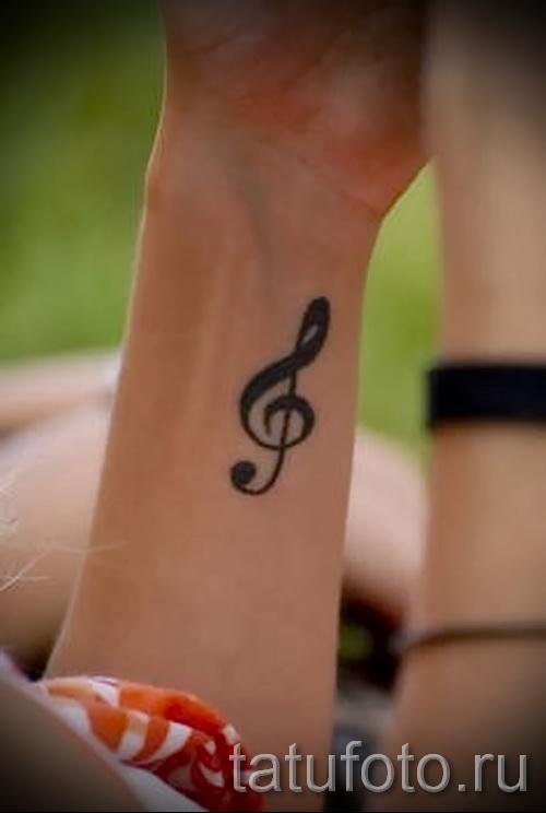 treble clef tattoo on his arm 4 foto
