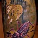 Тату насекомые в листве