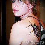 Тату насекомые на лопатке у девушки
