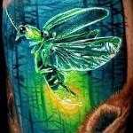 Тату насекомые - полет в лесу - сочные цветва