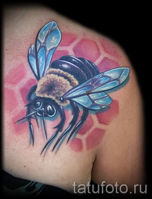 Тату насекомые - пчела и соты на плече для девушки